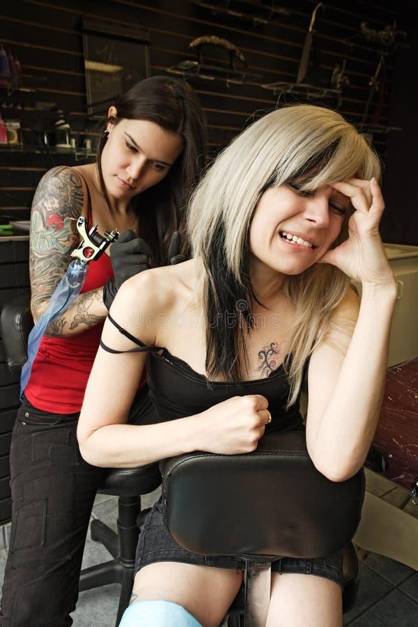 De tatoegeringspijn van de schouder stock foto's