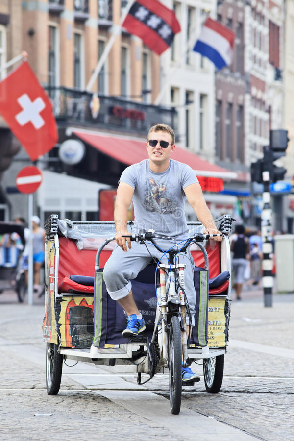De taxi van de riksja op het Vierkant van de Dam, Amsterdam stock afbeeldingen