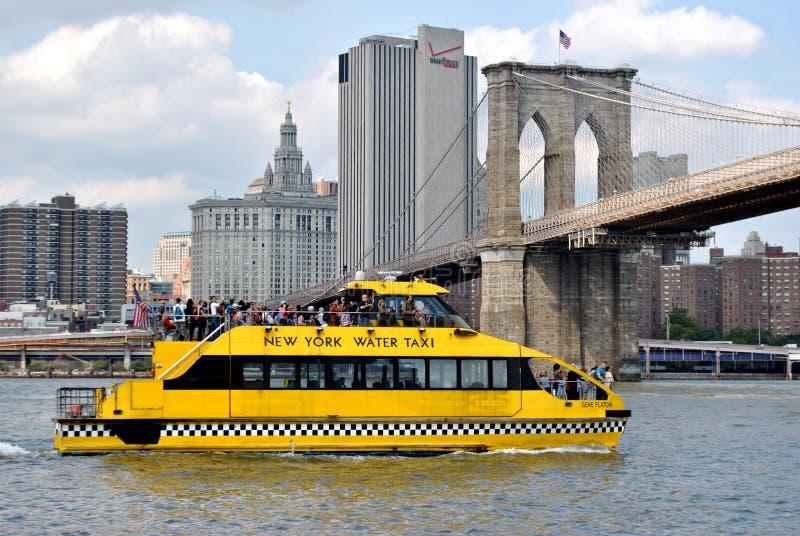 De Taxi van het water bij de Brug van Brooklyn in de Stad van New York stock afbeelding