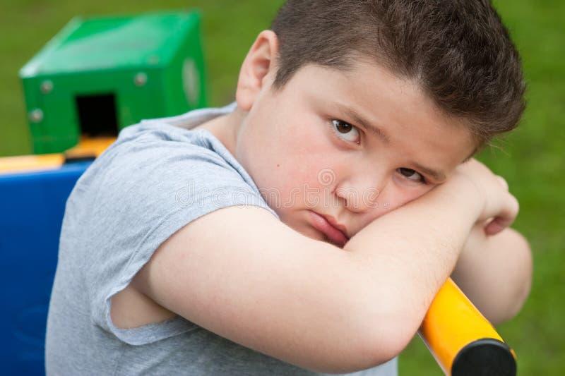 De te zware jongen, droevig, vet, vermoeide oefening, kijkt, portret, trainer, jong geitje stock foto's