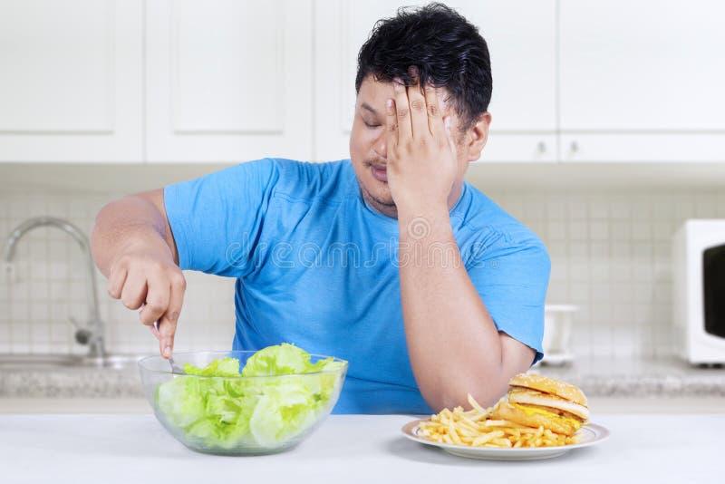 De te zware persoon verkiest om salade 1 te eten royalty-vrije stock fotografie