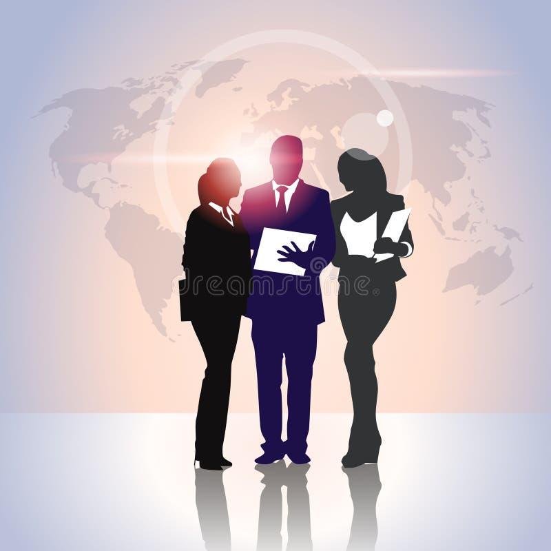 De Team Crowd Silhouette Businesspeople Group da posse executivos dos dobradores do original sobre o mapa do mundo ilustração stock