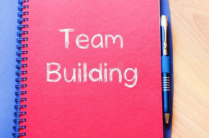 De teambouw schrijft op notitieboekje royalty-vrije stock fotografie
