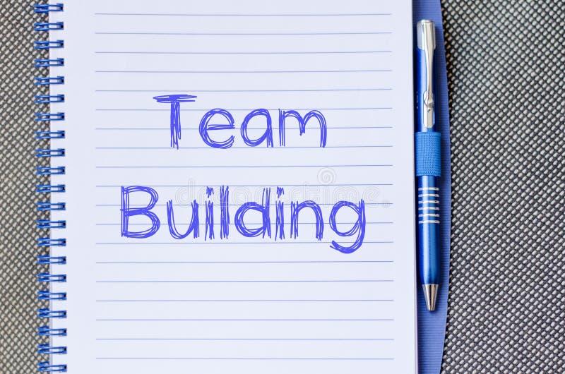 De teambouw schrijft op notitieboekje royalty-vrije stock foto's