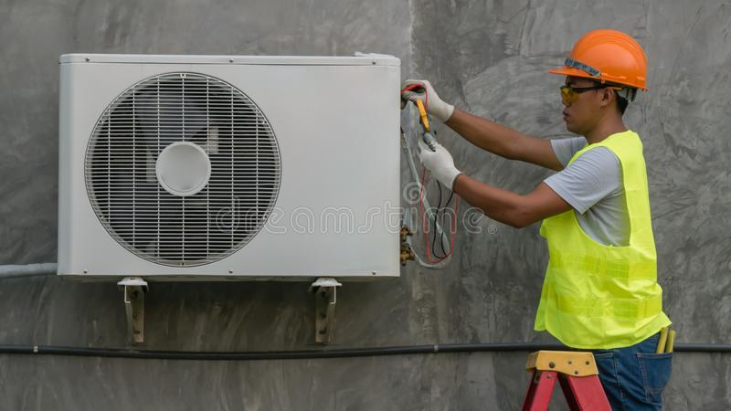 De technicus controleert airconditioner royalty-vrije stock afbeeldingen