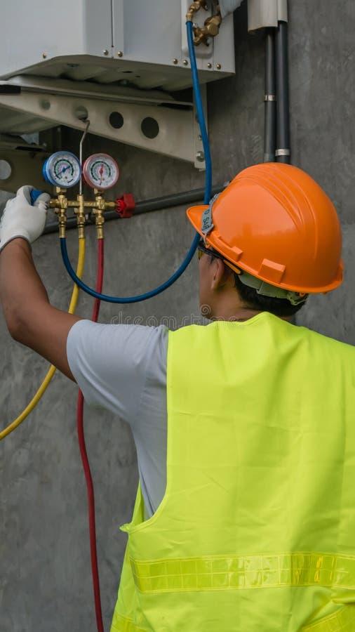 De technicus controleert airconditioner royalty-vrije stock afbeelding
