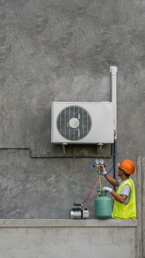 De technicus controleert airconditioner royalty-vrije stock foto