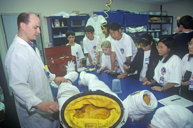 De technicus toont $1 miljoen spacesuit bij Ruimtekamp, George C aan Marshall Space Flight Center, Huntsville, AL stock foto's
