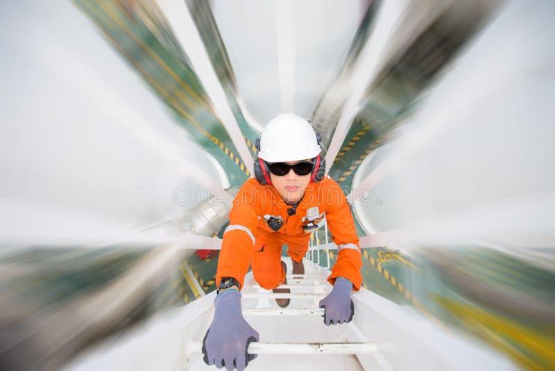 De techniek beklimt tot olie en gasprocesinstallatie aan waarnemer en inspecteert het proces van de gasdehydratie stock afbeelding