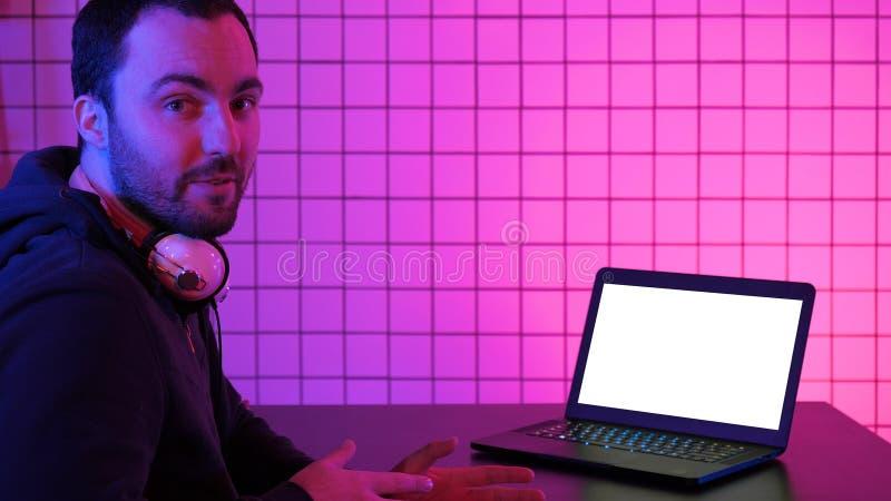 De technologie, gokken, vermaak, spelen en mensenconcept Gamer sprekend over het spel op het scherm aan camera royalty-vrije stock foto's