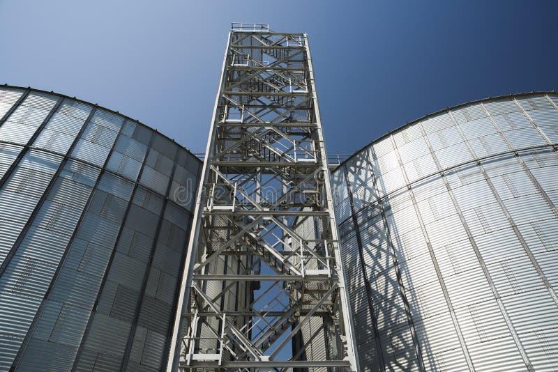 De technologie van de agro-industrieopslag Moderne hi-tech graanschuur Groot me stock foto's