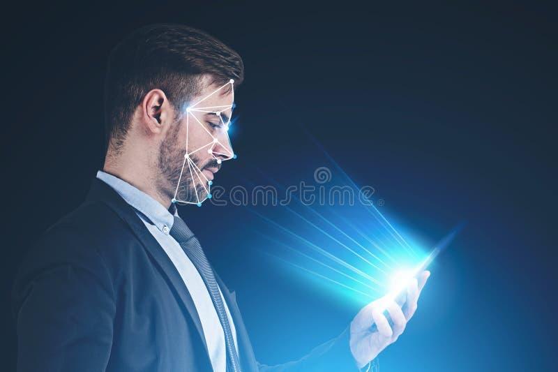 De technologie van de gezichtserkenning, mens met telefoon stock afbeeldingen
