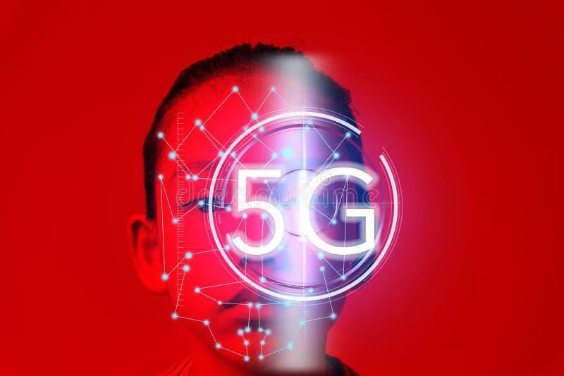De technologie van de oogerkenning bij de nieuwe draadloze die Internet wifiverbinding van de cybertechnologie 5G, op toekomstig  stock afbeeldingen