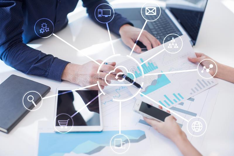 De technologie van de wolk Laptop en dossierkabinet met ringsbindmiddelen Voorzien van een netwerk en Internet-de dienstconcept royalty-vrije stock fotografie