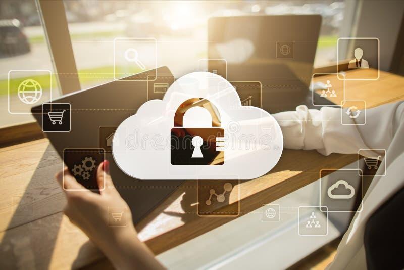 De technologie van de wolk Laptop en dossierkabinet met ringsbindmiddelen Voorzien van een netwerk en Internet-de dienstconcept royalty-vrije stock foto's