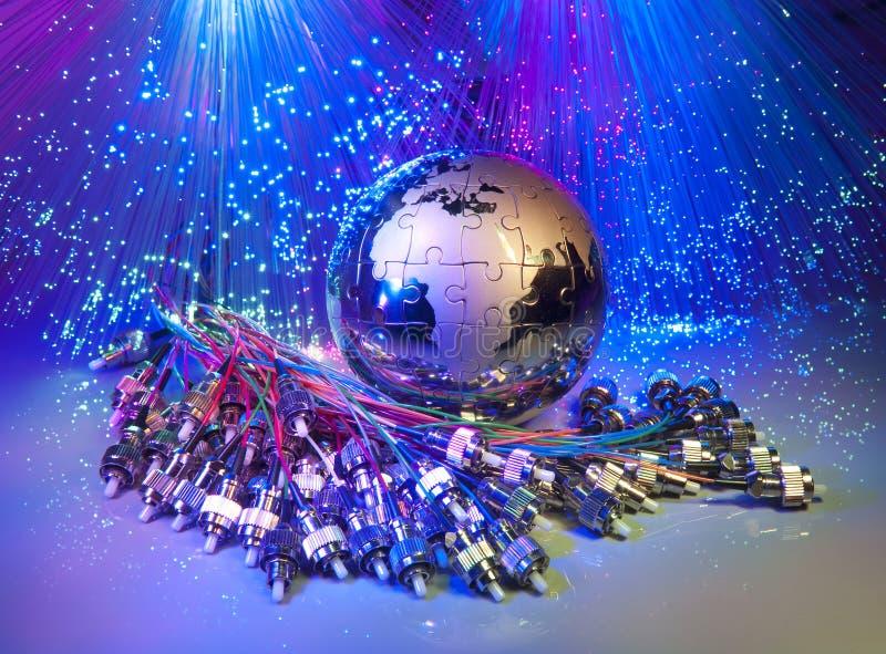 De technologiestijl van de kaart tegen vezel optische achtergrond stock foto's