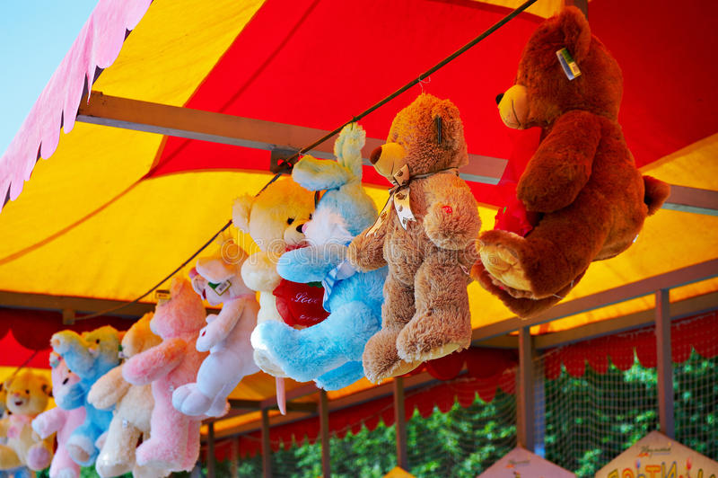 De teddybeer van het stuk speelgoed in een opslag stock afbeeldingen