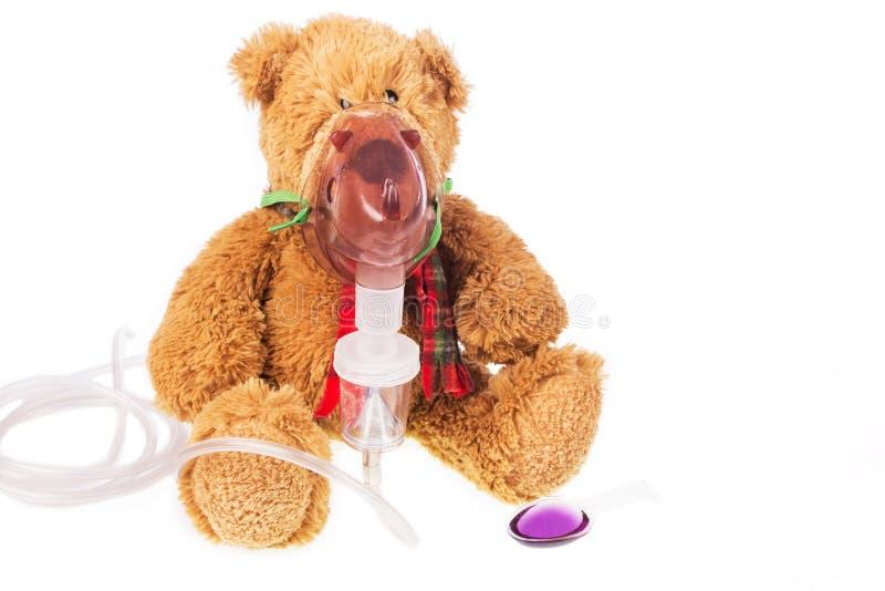 De teddybeerzieken in inhaleertoestel maskeren stock foto's