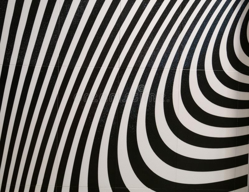 De tegels van de badkamersmuur met creatief abstract krommenpatroon in zwart-wit royalty-vrije stock foto