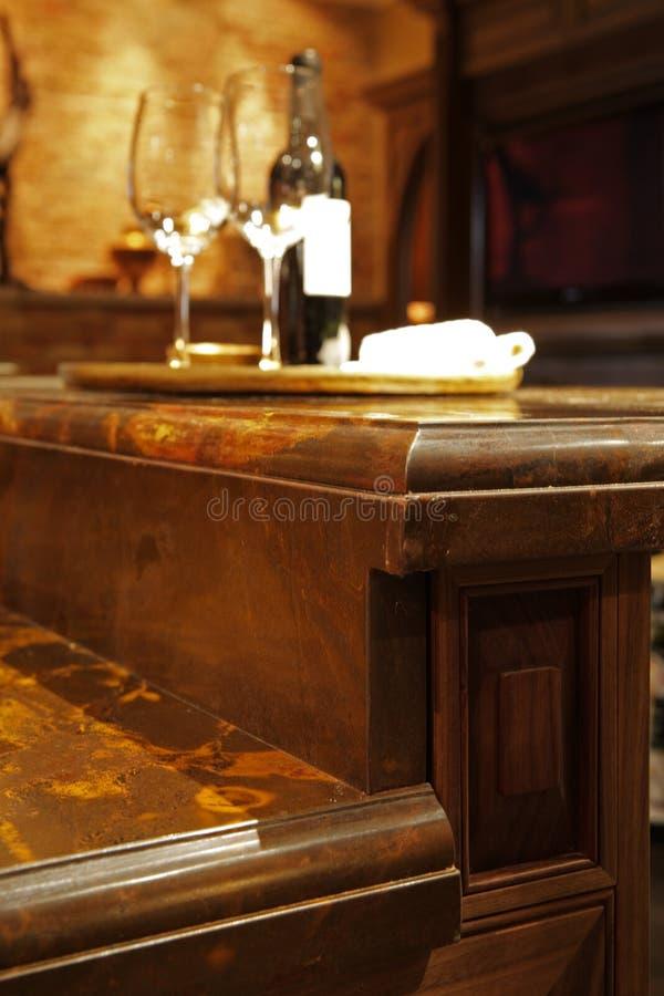 De tegenbovenkanten van het graniet en houten keukenmeubilair. stock afbeeldingen