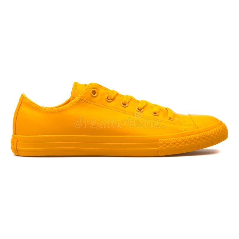 De tegenovergestelde Chuck Taylor All Star Rubber-gele tennisschoen van de OShoning royalty-vrije stock foto's