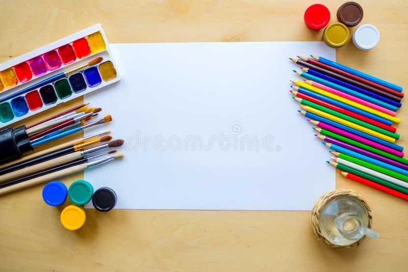De tekening levert borstels, potlood, aquarelle, gouache, document op houten achtergrond royalty-vrije stock foto's