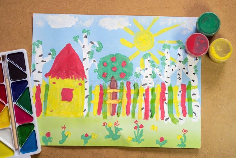 De tekening van heldere kinderen met huis, omheining, bomen, bloemen met stock fotografie