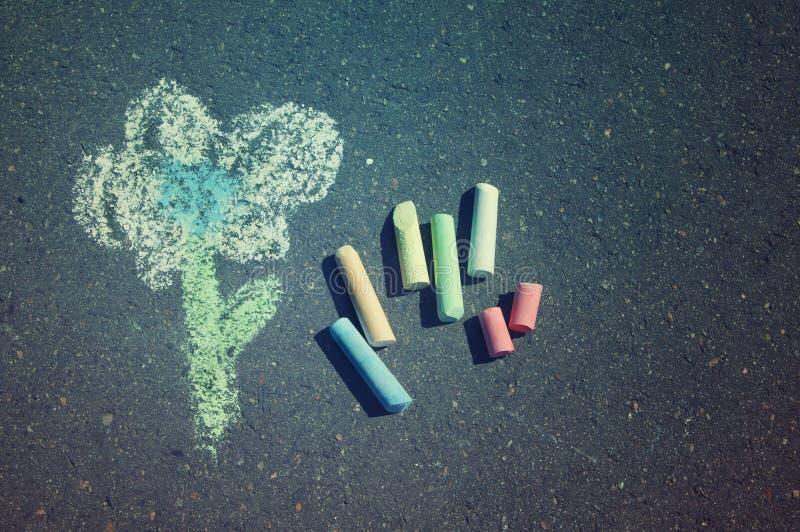 De tekening van het kind van bloem en kleurrijk krijt royalty-vrije stock afbeelding