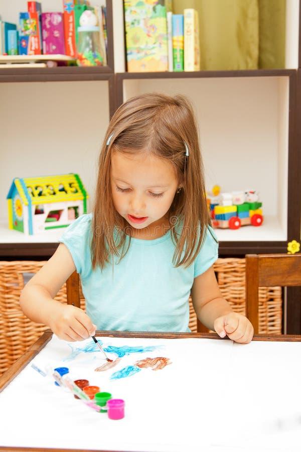 De tekening van het meisje in haar ruimte stock fotografie