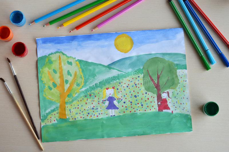 De tekening van kinderen: de lentelandschap Het meisje met het boeket verzamelt bloemen op het tot bloei gekomen gazon royalty-vrije stock afbeelding