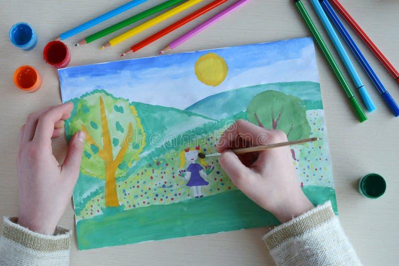 De tekening van kinderen: de lentelandschap Het meisje met het boeket verzamelt bloemen op het tot bloei gekomen gazon stock foto's