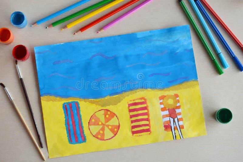 De tekening van kinderen: rust op de strandboulevard Het meisje op strandbed en zonparaplu Het strandzand, idee van roepingsreis  royalty-vrije stock afbeeldingen