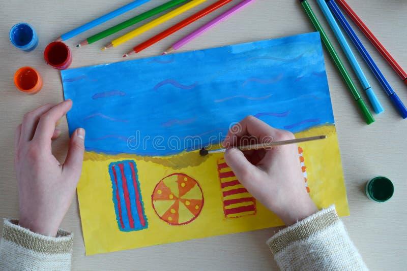 De tekening van kinderen: rust op de strandboulevard Het meisje op strandbed en zonparaplu Het strandzand, idee van roepingsreis  royalty-vrije stock afbeelding
