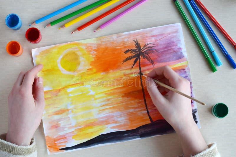 De tekening van kinderen: zonsondergang op het eiland in het overzees of de oceaan en palm royalty-vrije stock afbeeldingen