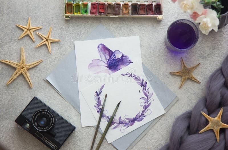 De tekening van de waterverf De borstel van de kunstenaarswerkruimte, pen, waterverf, boeket van roze rozen op een steenachtergro royalty-vrije illustratie