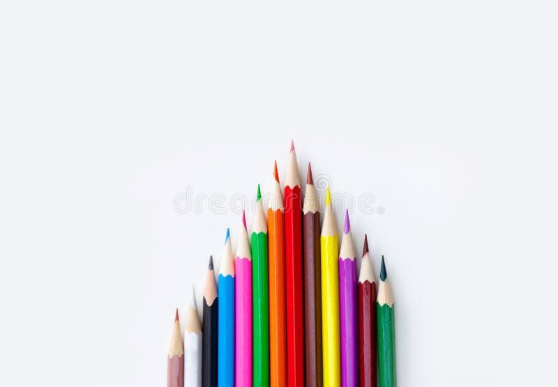 De tekeningsconcept van de Creativeskunst kleurrijke potloden in driehoeksvorm op witte achtergrond stock afbeelding