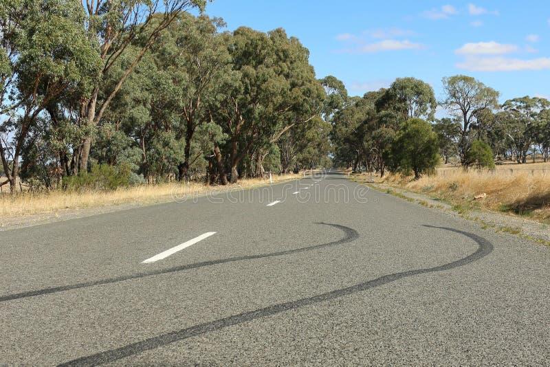 De tekens van de bandsteunbalk op een landweg stock fotografie