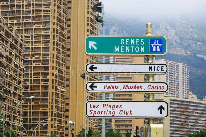 De tekens van de richting op een post in Monte Carlo stock afbeelding
