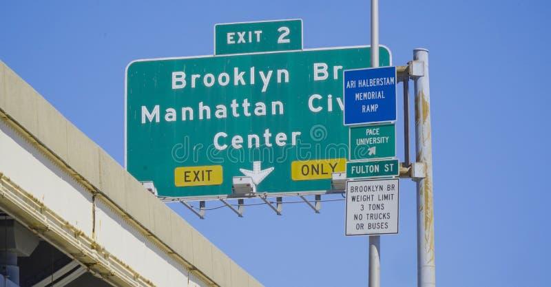 De tekens van de straatrichting in New York die tot de Brug van Brooklyn MANHATTAN - NEW YORK leiden - APRIL 1, 2017 royalty-vrije stock foto
