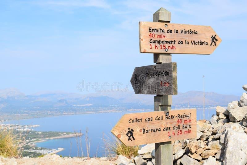 De tekens van de wandelingssleep en Pollensa-Baai dichtbij Alcudia op Mallorca stock afbeeldingen