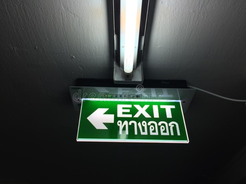 De tekens van de nooduitgang signsภNooduitgang ¡ binnen het gebouw stock foto