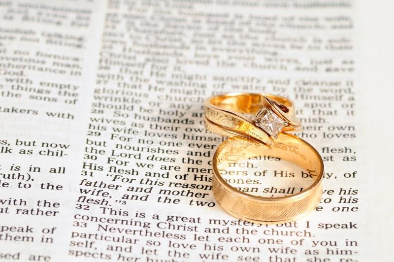 De tekst & de ringen van het huwelijk stock afbeeldingen