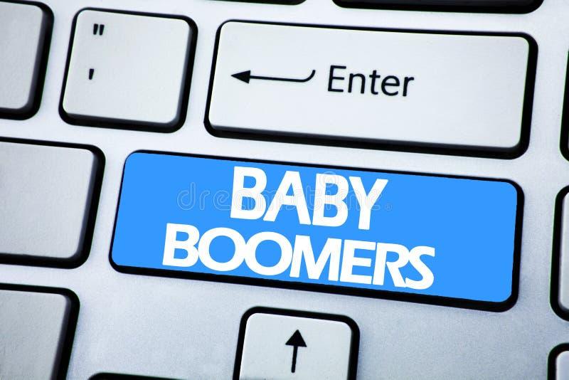 De tekst die van de handschriftaankondiging Baby Boomers tonen Bedrijfsconcept voor Demografische die Generatie op rode sleutel o stock afbeelding