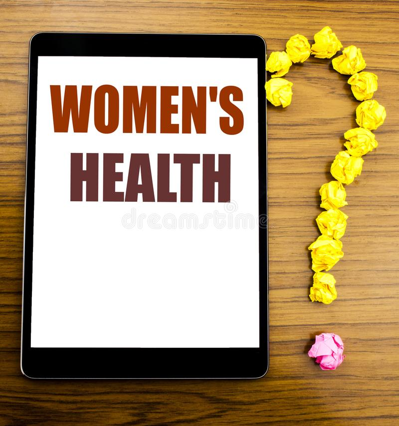 De tekst die van de handschriftaankondiging Vrouwens Gezondheid tonen Bedrijfsconcept voor Vrouwelijke die Viering op tablet met  royalty-vrije stock foto