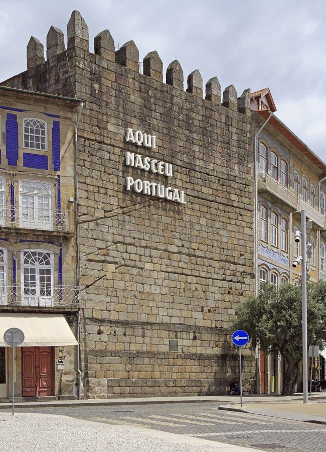 De tekst ` Portugal was geboren hier ` op de muur in Guimaraes royalty-vrije stock afbeelding