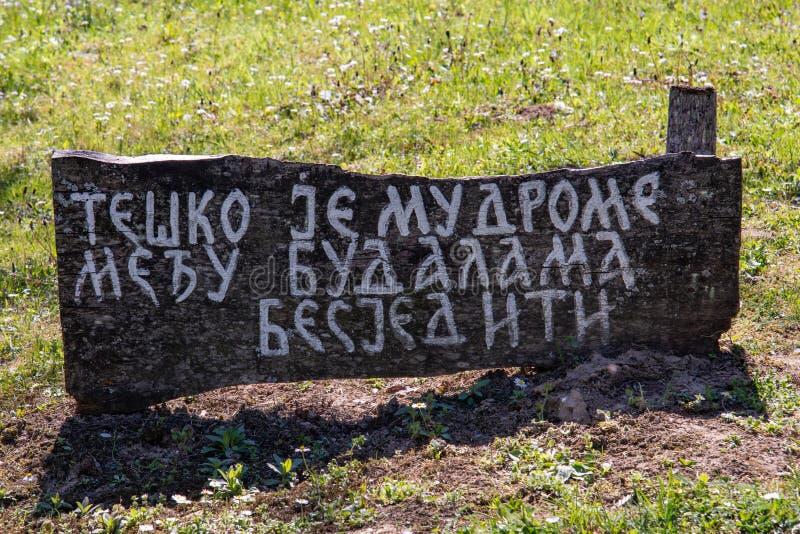 De tekst in Serviër waar het 'zegt het is moeilijk onder dwazen 'wijs te zijn stock foto's