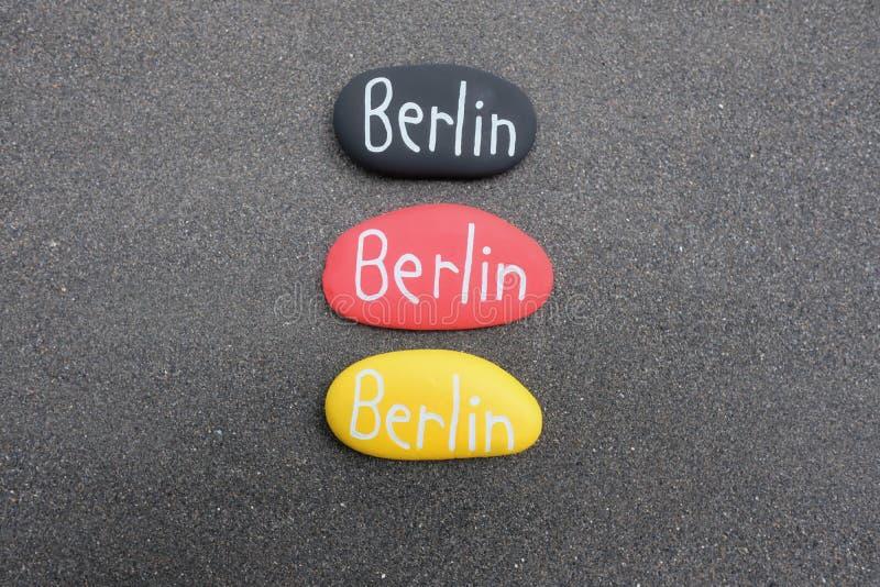 De tekst van Berlijn op drie stenen met Duitse vlagkleuren stock afbeeldingen