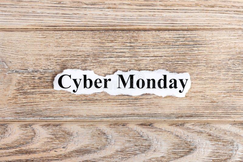 De tekst van de Cybermaandag op papier Word de Maandag van Cyber op gescheurd document Het beeld van het concept stock afbeeldingen