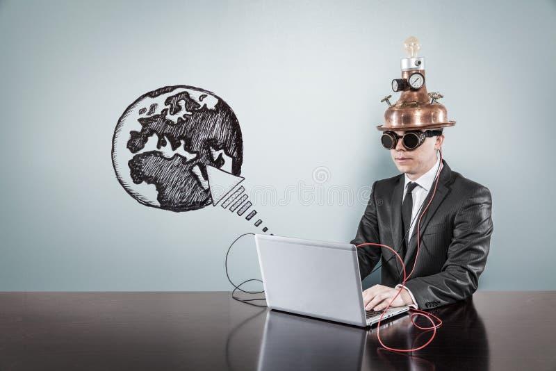 De tekst van de aardepijl met uitstekende zakenman die laptop met behulp van royalty-vrije stock foto's