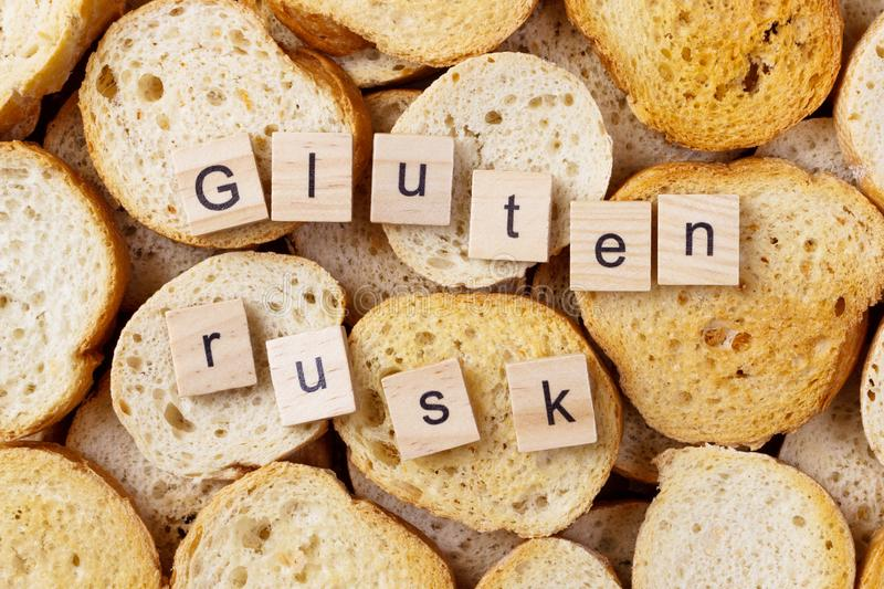 De tekst van de glutenbeschuit op Achtergrond van vele kleine ronde beschuiten Hoogste mening royalty-vrije stock fotografie
